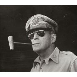 Le Général MacArthur portant ses lunettes General American Optical