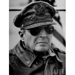Le Président Truman portant ses lunettes General American Optical